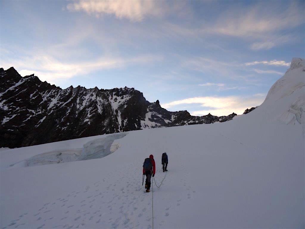 Entlang den Längsspalten des Hobärggletschers. Im Hintergrund (v.l.n.r.): Nadelhorn, Lenzspitze, Gendarm