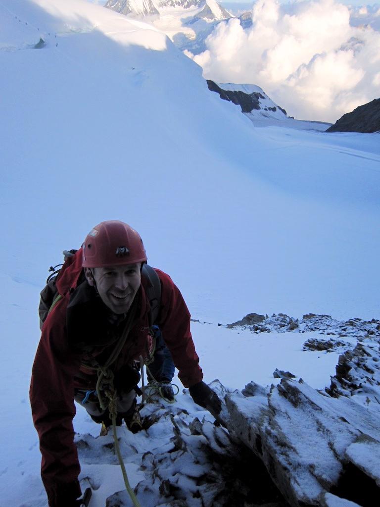 Mike nach beim Erreichen der Felsen nach der steilen Eisflanke. Im Hintergrund die Domaspiranten auf dem Normalweg über die spektakuläre Schneebrücke.