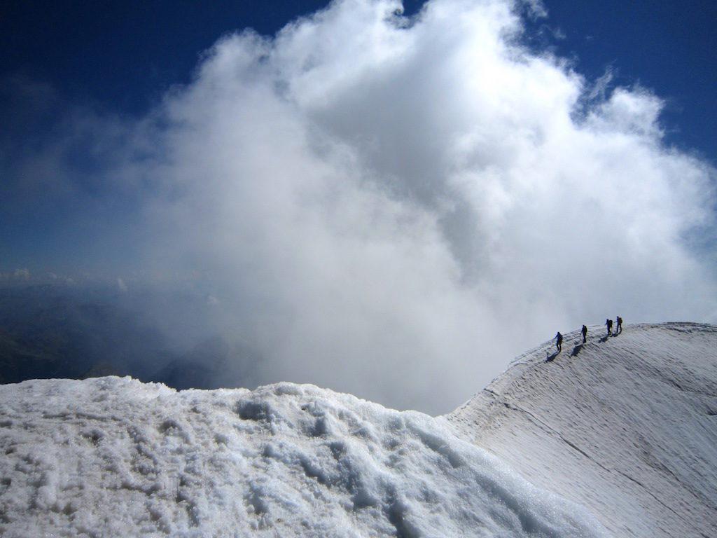 Eine Seilschaft erreicht über den Südgrat von der Almagellerhütte aus den Gipfel.