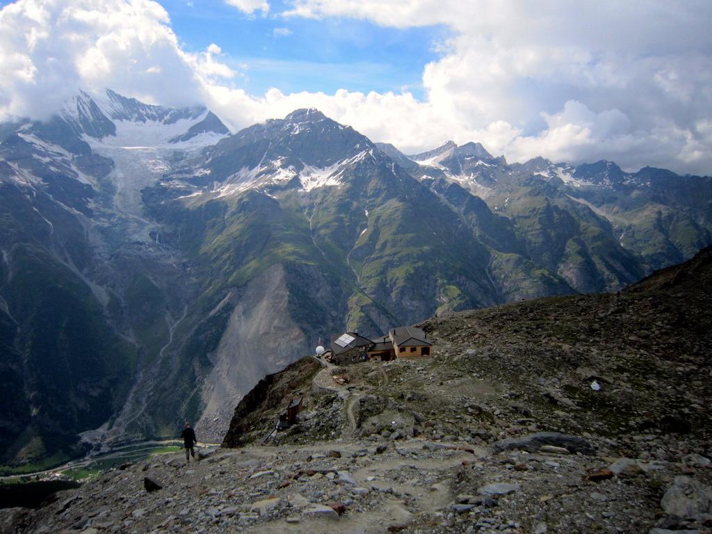 Die Domhütte und im Hintergrund das in Wolken gehüllte Weisshorn.