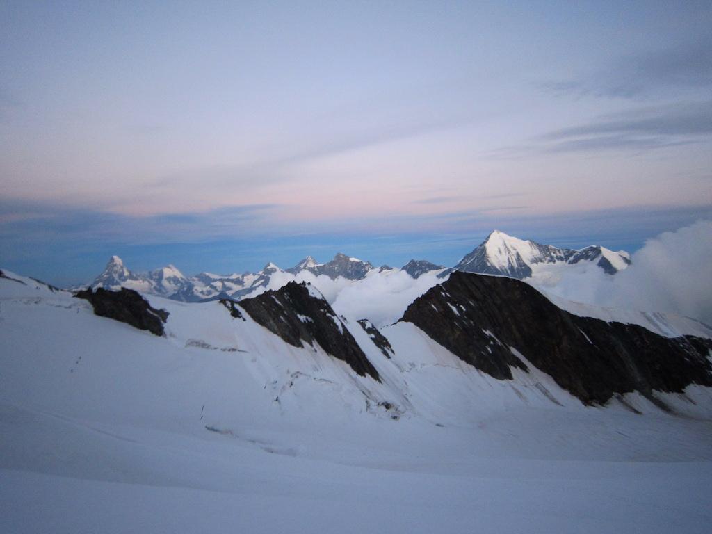 Morgenstimmung auf dem Hobärggletscher – Matterhorn bis Weisshorn.