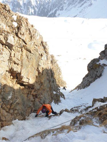 Die Kletterei auf dem Weg zum Gipfel bei besten Bedingungen. Das Couloir wird stetig steiler bis der Pickel tatsächlich zum Einsatz kommt.
